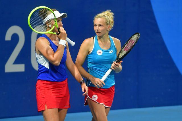 Tenistky Barbora Krejčíková a Kateřina Siniaková během čtvrfinále tenisového turnaje Olympijských her 2020 v Tokiu. | foto: Fotobanka Profimedia,  Profimedia
