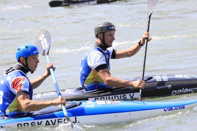 Do finále vodního slalomu odstartovali dva čeští reprezentaci. Zatímco Vít Přindiš vybojoval zlato, Jiří Prskavec dojel o 2,5 sekundy pomaleji a skončil osmý.