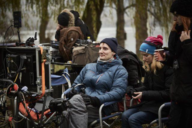 Režisér Olmo Omerzu při natáčení filmu Všechno bude.