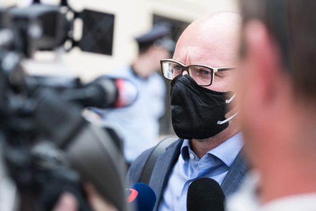 Robert Plaga odchází z jednání vlády. | foto: René Volfík,  iROZHLAS.cz