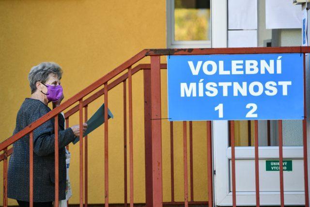 Lidé volí ve volební místnosti na obecním úřadu v Lánech | foto: René Volfík,  Český rozhlas