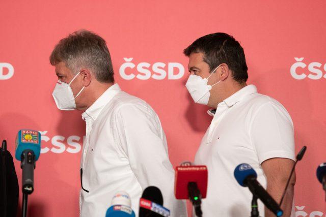 Lídři ČSSD odchází z tiskové konference. | foto: René Volfík,  iROZHLAS.cz