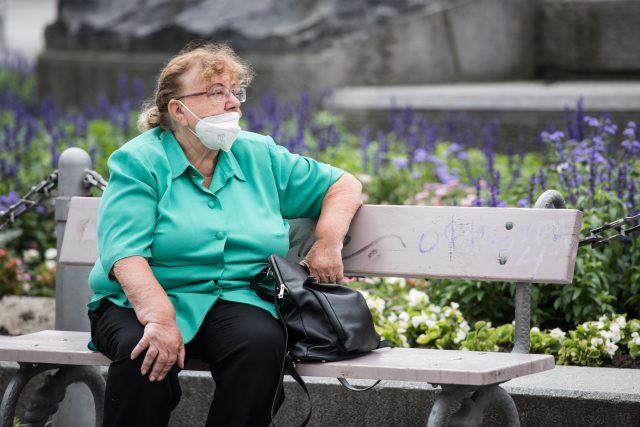 důchodkyně,  respirátor,  ilustrační foto | foto: René Volfík,  iROZHLAS.cz