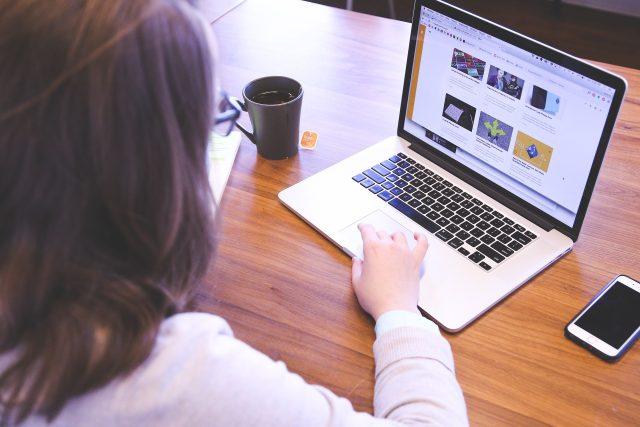 Práce na počítači (ilustrační foto)