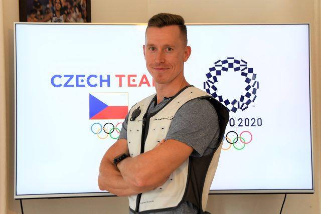 Cyklista Tomáš Bábek ve speciální chladicí vestě