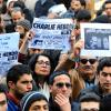 Lidé v Tunisu se sešli, aby uctili památku zavražděných novinářů z francouzské redakce satirického časopisu Charlie Hebdo