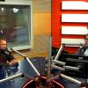 Jan Pokorný (vpravo) a komentátor Luboš Palata během volebního speciálu Radiožurnálu a Českého rozhlasu Plus