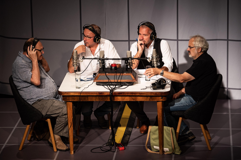 Hosty vysílání byla celá řada osobností. S Janem Pokorným (druhý zleva) a Martinem Veselovským (třetí zleva) diskutovali historici Petr Nováček (vlevo) a Oldřich Tůma.