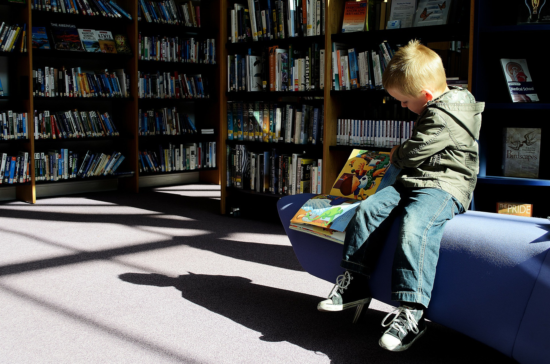 Knihu pod vánočním stromečkem najde víc než 50 procent dětí. (ilustrační foto)